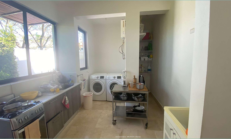 Cocina calient y área de lavado